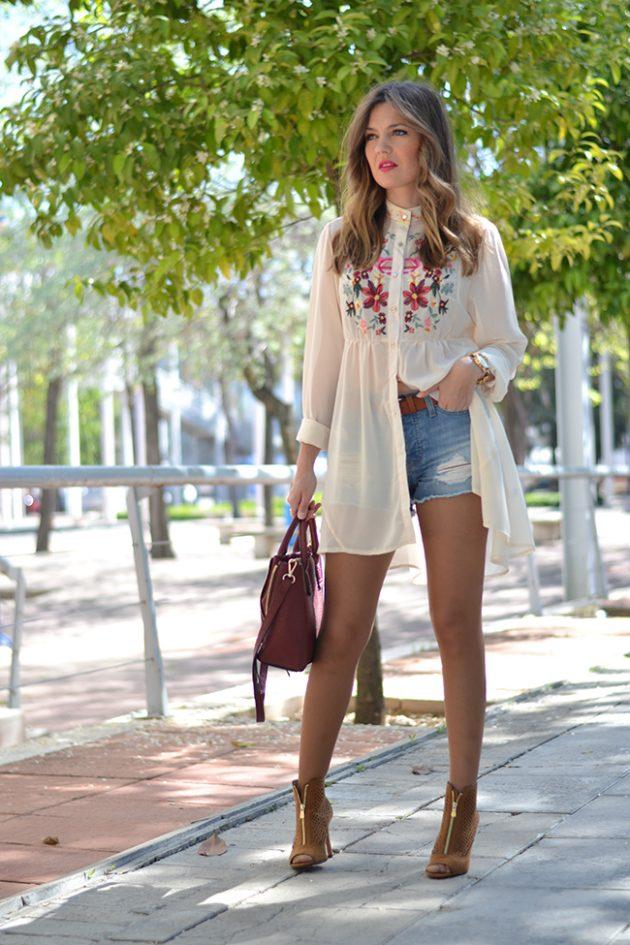 На фото: джинсовые шорты с длинным топиком с цветочным принтом.