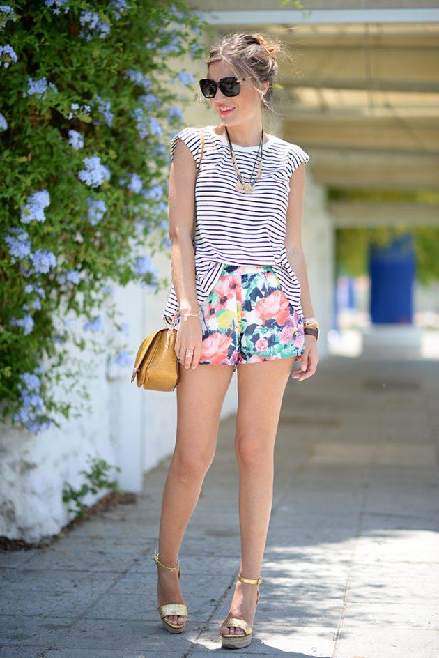 На фото: короткая юбка с цветочным принтом с топиком в полоску.