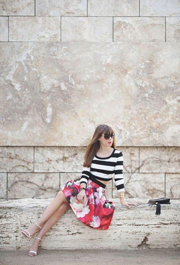 На фото: юбка с ярким цветочным принтом с блузкой в широкую полоску.