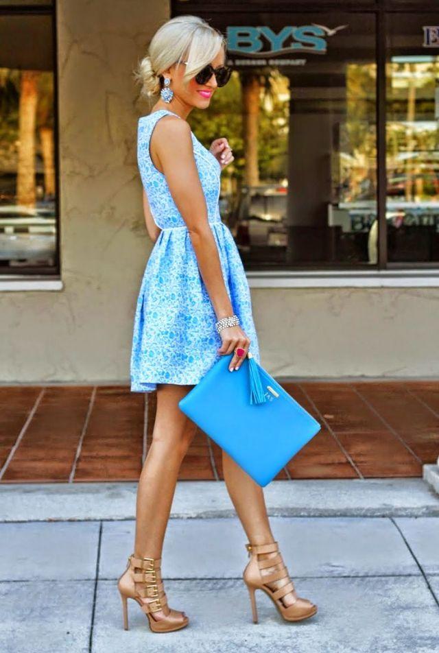 На фото: нежно голубое платье.
