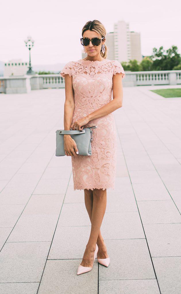 На фото: нежно розовое прямое кружевное платье.