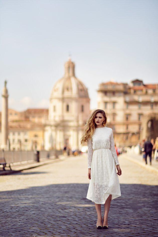 На фото: элегантное белое кружевное платье.