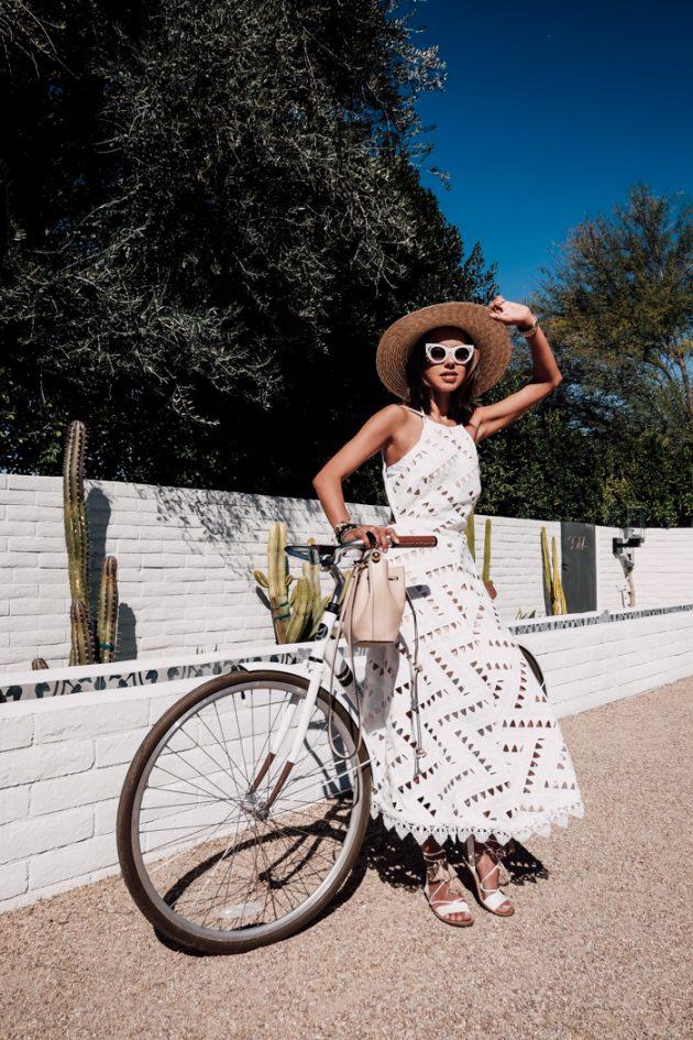 На фото: элегантное длинное белое кружевное платье.