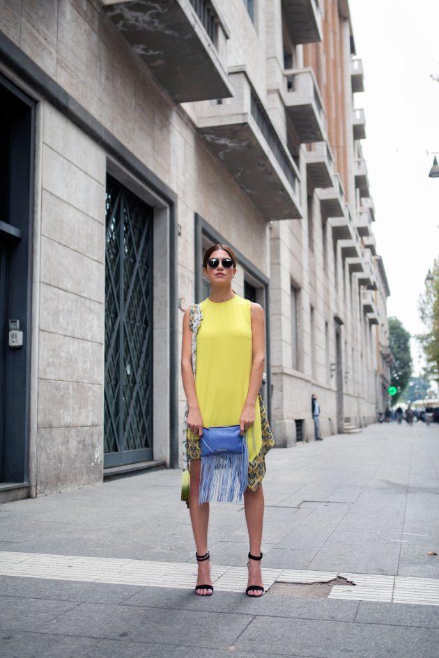 На фото: короткое желтое платье прямого покроя с оригинальной отделкой по низу.
