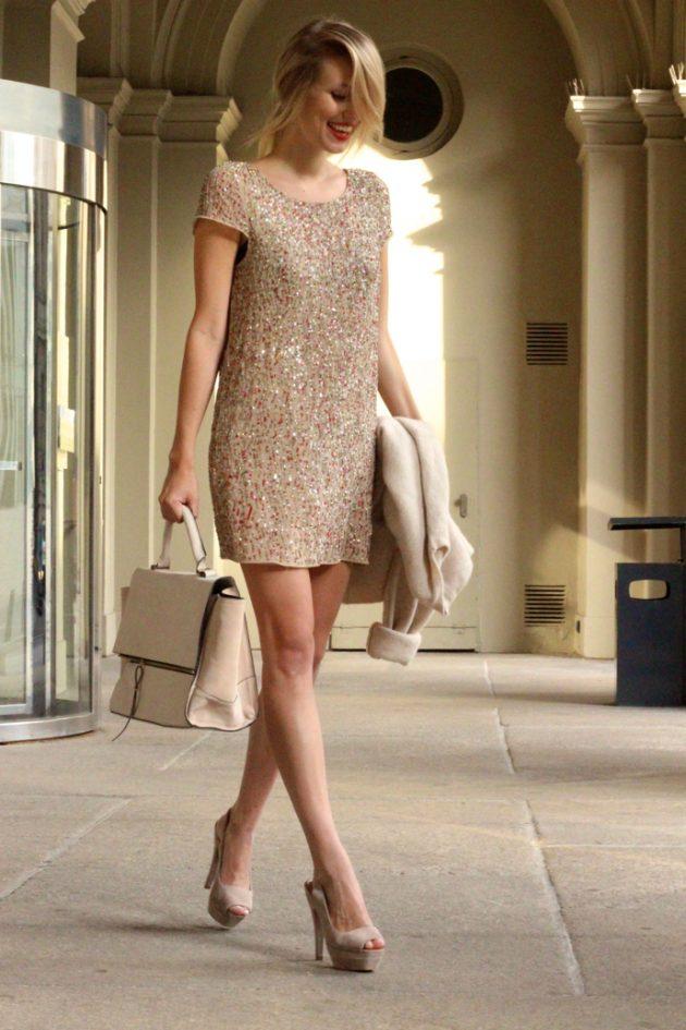 На фото: светлое платье прямого покроя, с узорной аппликацией длиной выше колена с коротким рукавом.
