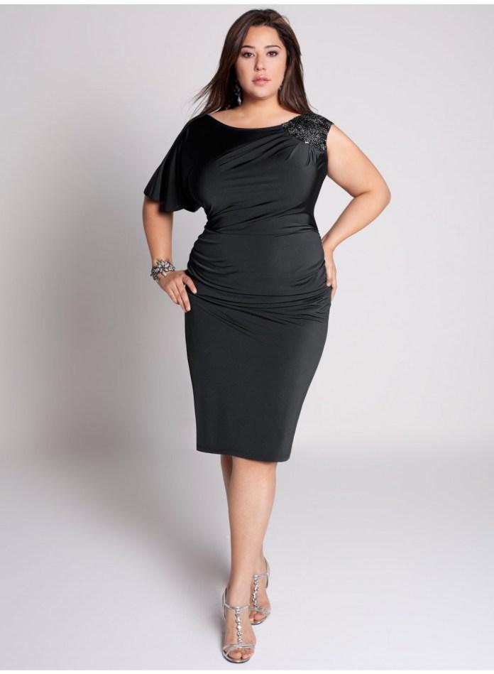 На фото: черное платье - футляр удлиняет ноги.