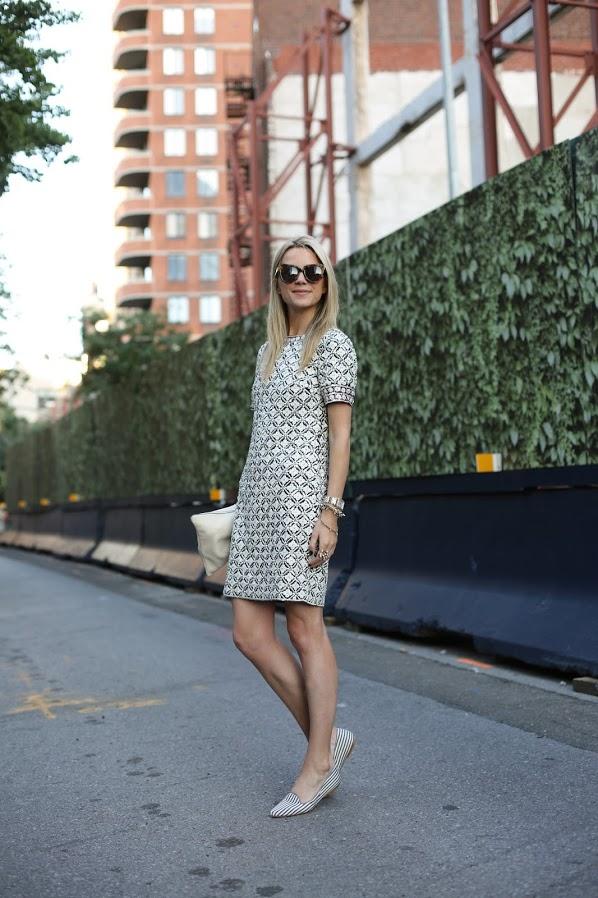 На фото: светлое платье прямого покроя, с узорной аппликацией с коротким рукавом.