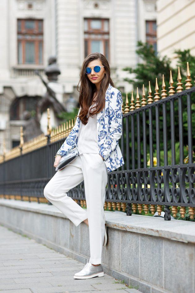 На фото: серебристые кеды - завоевали большой успех среди модниц.