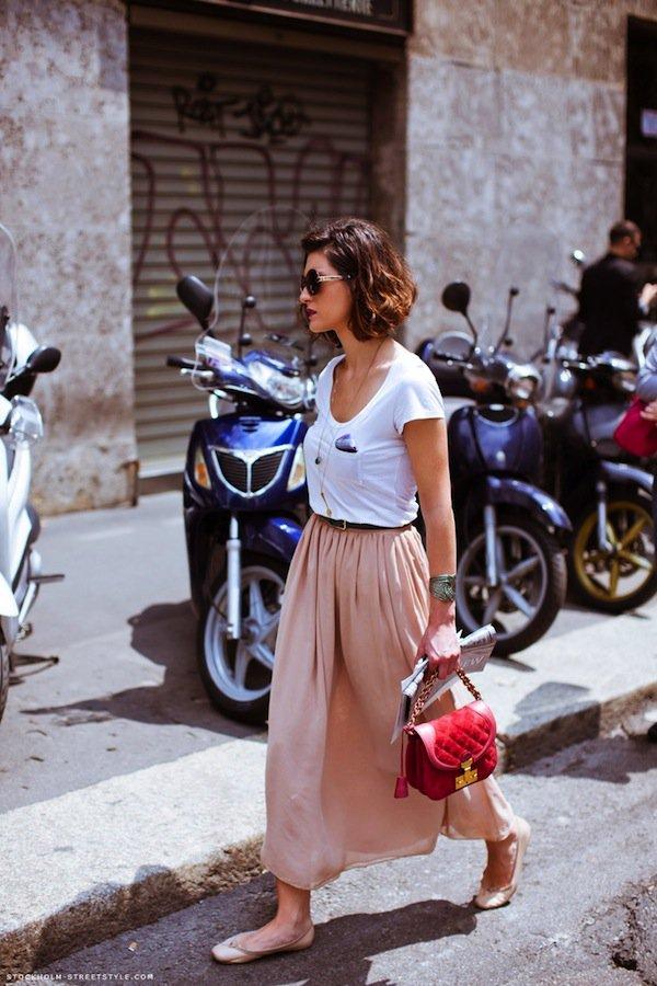 На фото: белая футболка гармонично смотрится с юбкой.