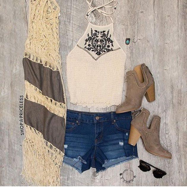На фото: новый летнихй лук - джинсовые шорты с бежевым топом.