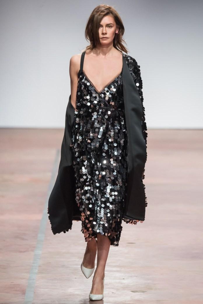 На фото: укороченный плащ от дизайнера одежды Александр Терехов осень-зима 2016-2017
