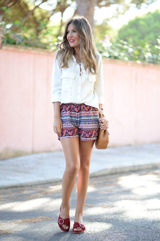 На фото: шорты с принтом в полоску в сочетании с белой блузой. пиджаком.