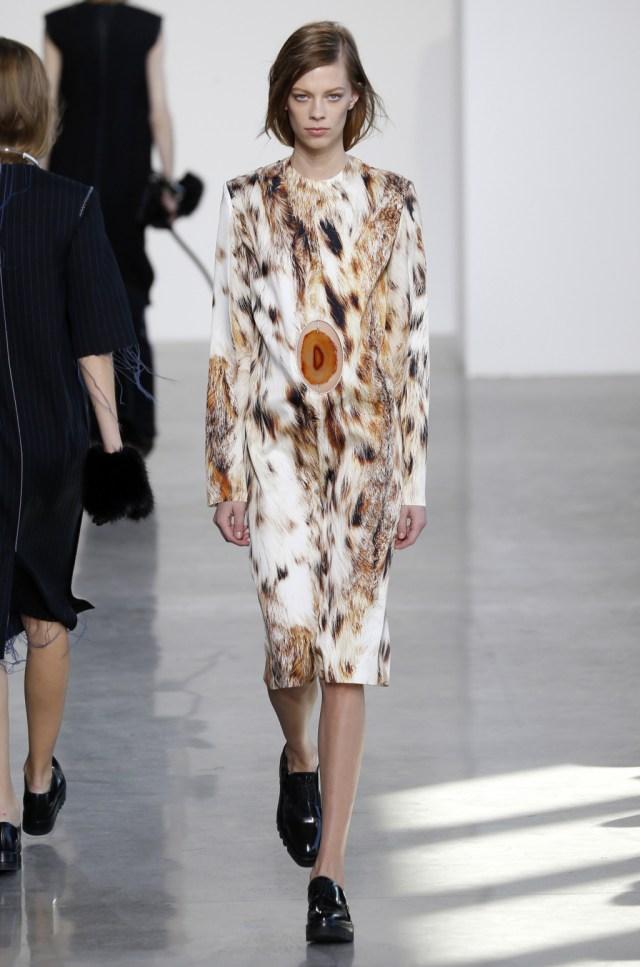 На фото: платье с кошачим рисунком - тренд леопардового принта из коллекции Calvin Klein.