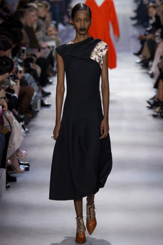 Модная одежда сезона зима 2017 - черное платье с меховым воротником , фото обзор из коллекции Christian-Dior.