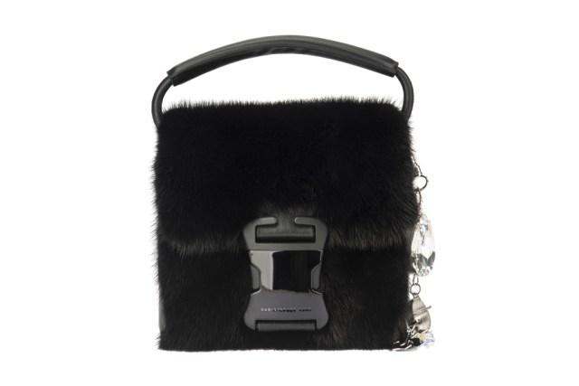 На фото: маленькая черная сумочка - новинка сезона из коллекции На фото: маленькая сумочка - новинка сезона из коллекции Christopher Kane.