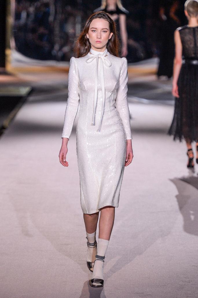 На фото: платье из блестящей ткани - главный тренд сезона от Ermanno Scervino.