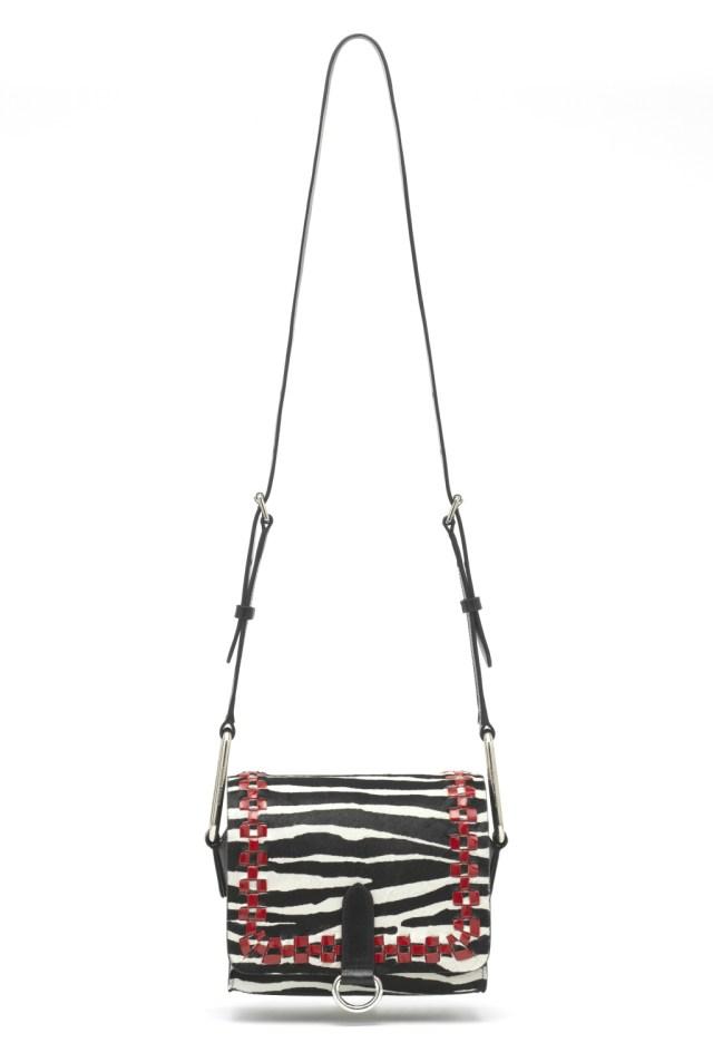 Модные сумки: тренд сезона - сумка с удлиненной ручкой фото из коллекции Isabel Marant.