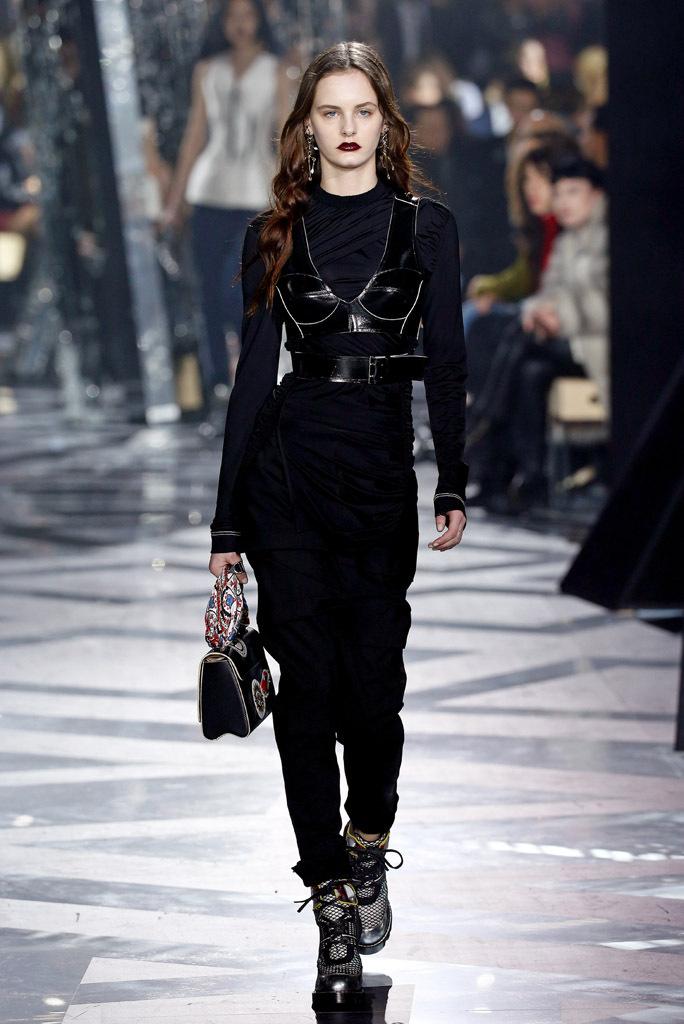 На фото: дерзкий корсет - бюстье, выполненным под кожучерный корсет – дизайнерская новинка сезона фото из коллекции Louis Vuitton.