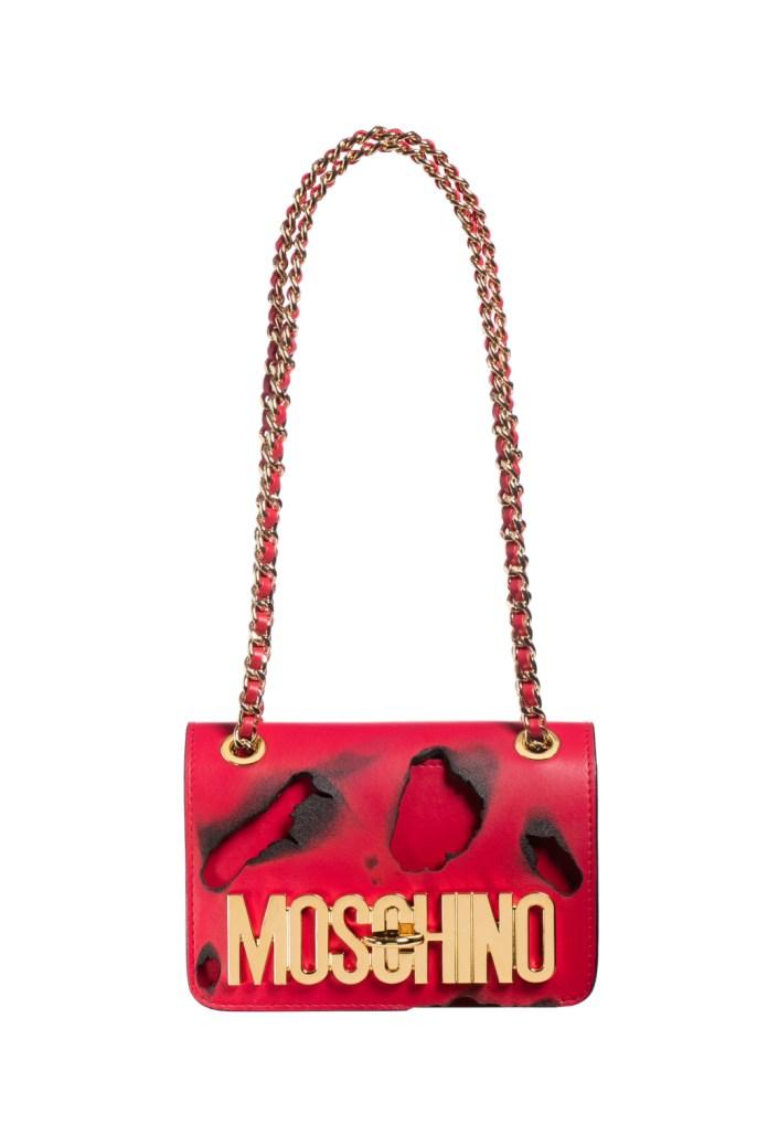 Модные сумки: тренд сезона - сумка с удлиненной ручкой фото из коллекции Moschino .