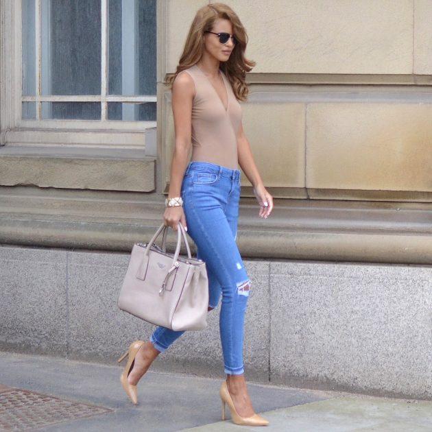 На фото: боди-топ с рваными джинсами - трендовая новинка сезона.