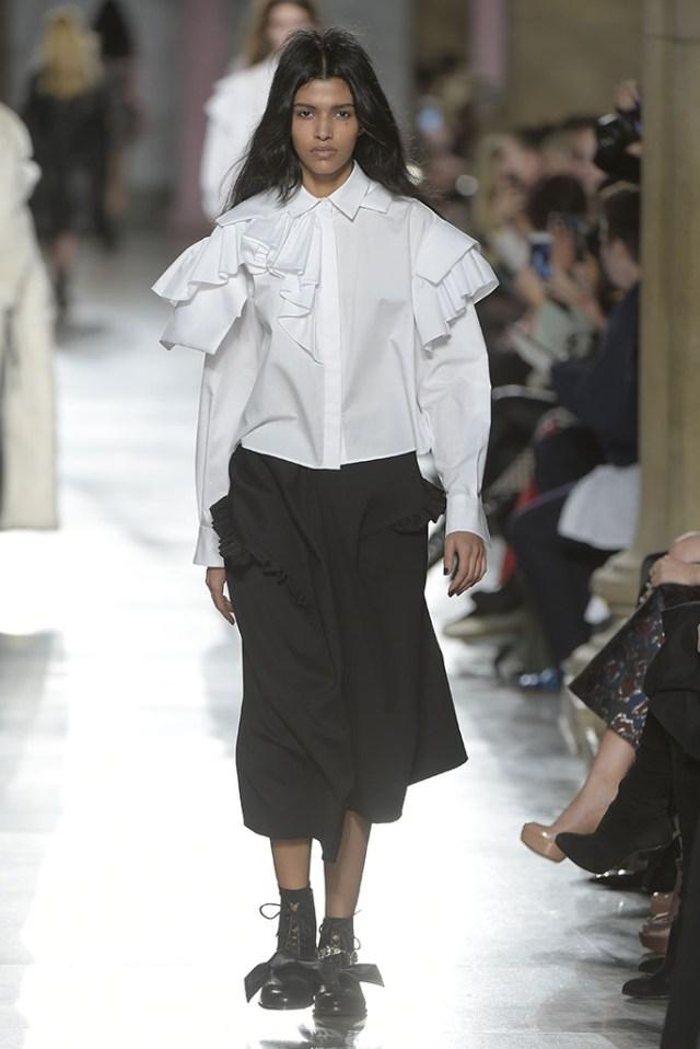 Белая объёмная рубашка с широкими рукавами, в которой плечи украшены двумя рядами оборок яото обзор из коллекции Preen by Thornton Bregazzi.