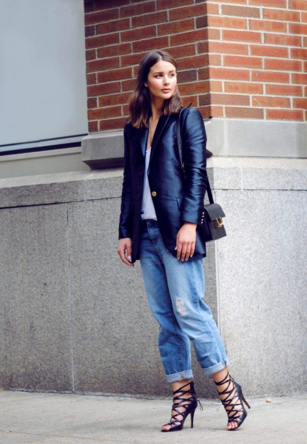На фото: удлиненный темно серый жакет с голубыми джинсами.