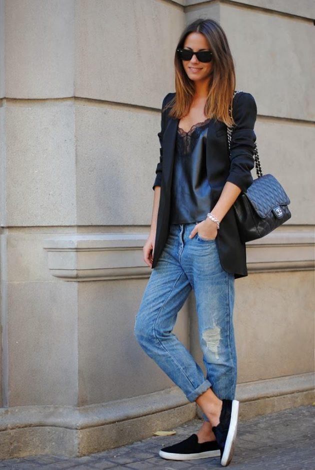 На фото: удлиненный черный жакет с голубыми джинсами.