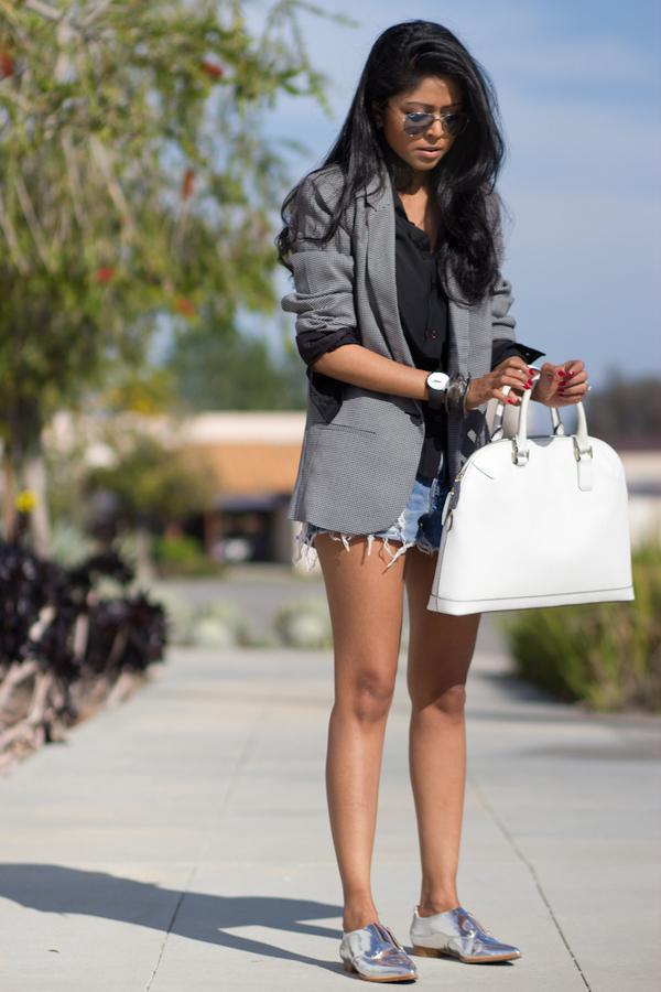 На фото: удлиненный серый жакет с джинсовыми шортами.