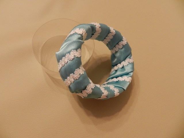 На фото: стильный браслет своими руками.