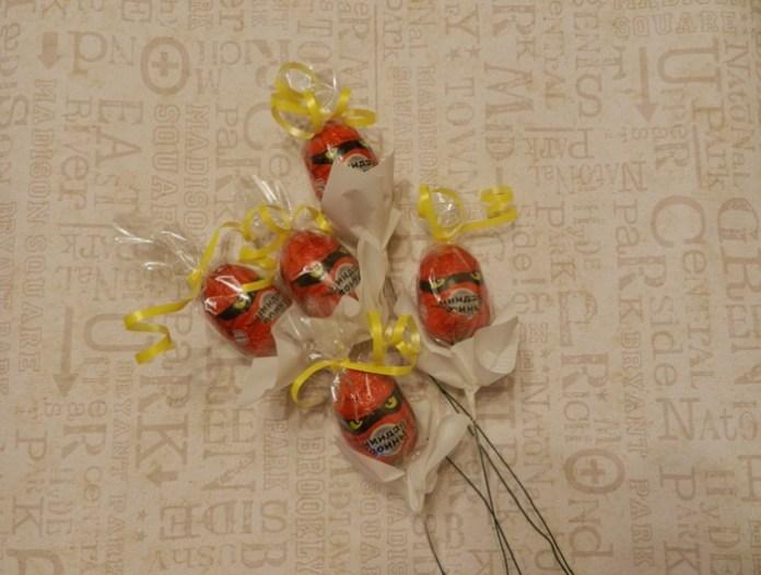 Как сделать букет из киндер сюрпризов и шоколадных конфет?