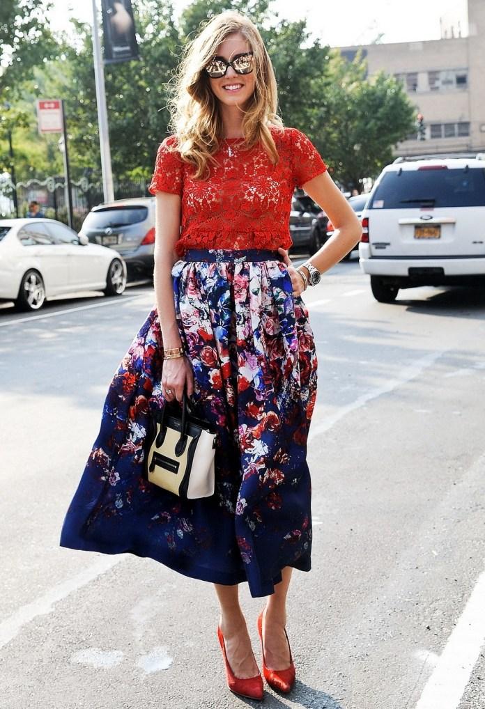 На фото: юбка с цветочным узором с однотонной красной блузой.
