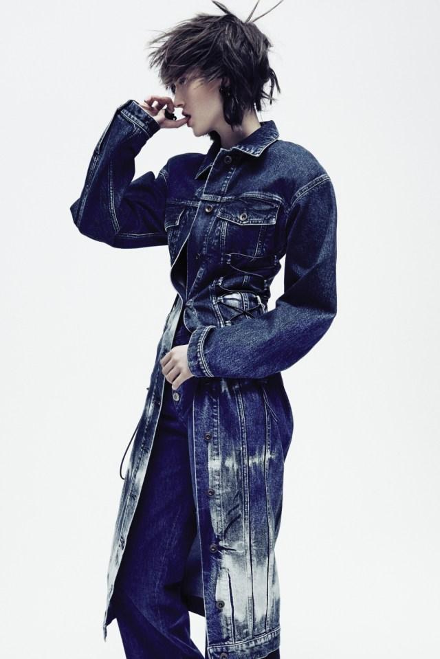 Джинсовая мода: традиционное платье миди из денима тёмного цвета от Stella McCartney - тренд сезона.