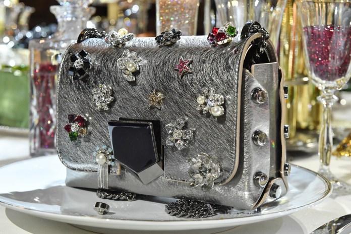 На фото: сумочка. украшенная драгоценными камнями. подана на блюде из коллекции Jimmy Choo.