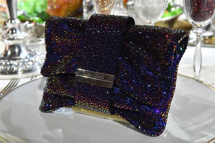 На фото: сумочка подана на блюде из коллекции Jimmy Choo.