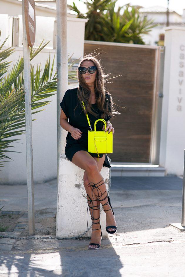 На фото: неоновая желтая сумка с темным платьем.