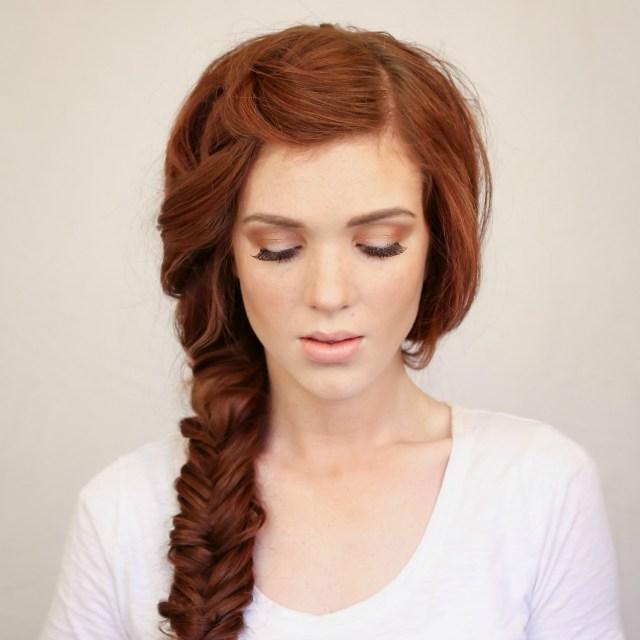 На фото: модное плетение косы со средними волосами - классический рыбий хвост.