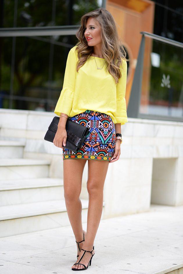 На фото: неоновая желтая блузка с юбкой принтом.