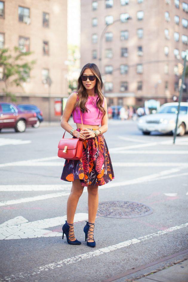 На фото: неоновая розовая блузка с юбкой с принтом.