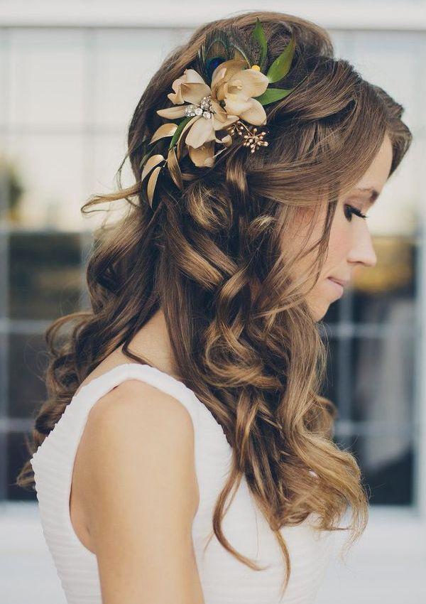 На фото: свадебная прическа с цветами в волосах - -летний вариант прически.