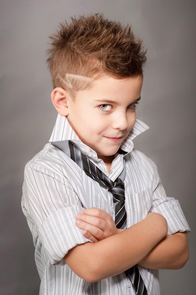 На фото: модная стрижка для мальчиков.