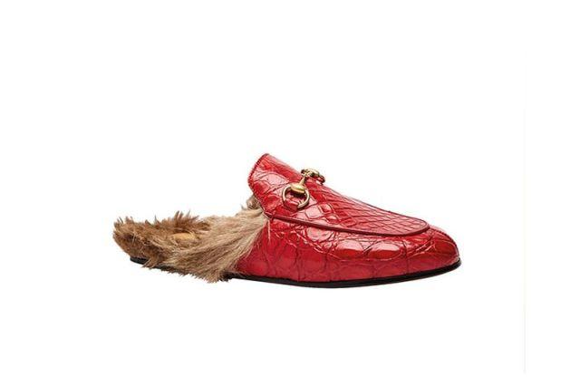 На фото: аксессуары с мехом - красные кожаные тапочки с меховой стелькой