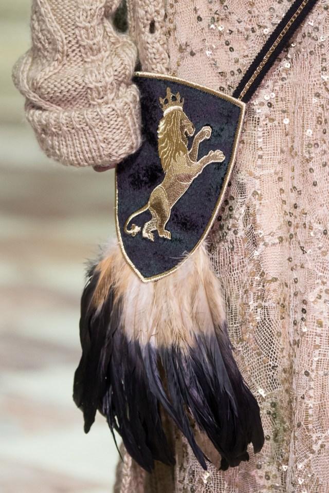 На фото: модная сумка в стиле 70-хх - с длинной базромой из коллекции A La Russe Anastasia Romantsova.