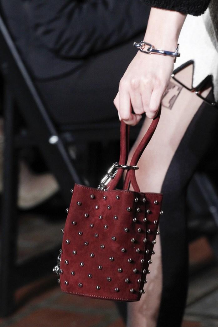 На фото: модные сумки в форме цилиндра - тренд сезона из коллекции Alexander Wang.