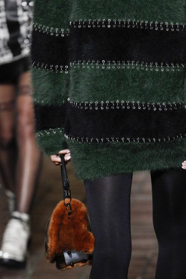 На фото: модная сумка с мехом осень-зима 2016-2017 из коллекции Alexander Wang.