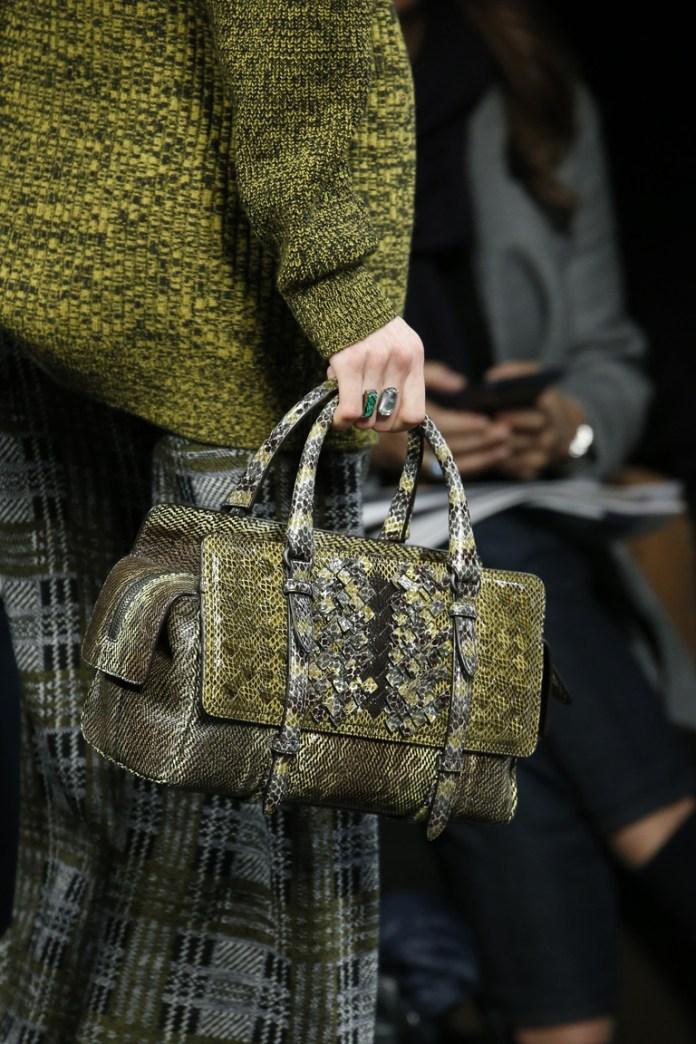 На фото: сумка выполненная в тон одежды – тренд сезона осень-зима 2016-2017 из коллекции Bottega Veneta.