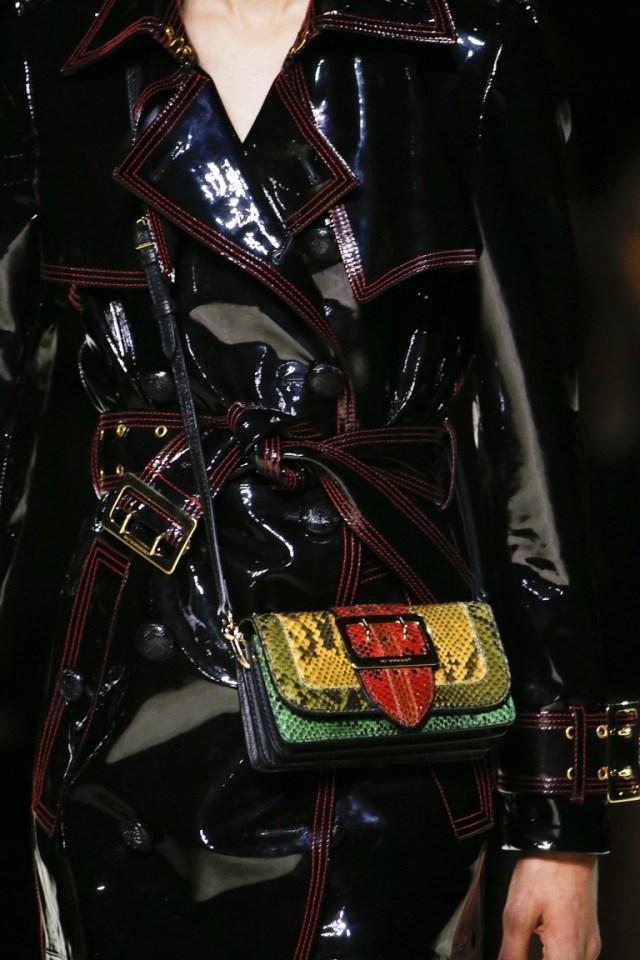 Разноцветные сумки а-ля граффити – тренд сезона осень-зима 2016-2017 из коллекции Burberry.