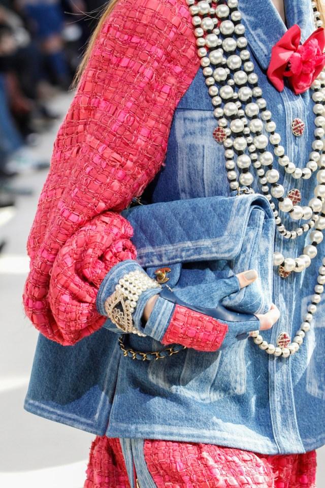 На фото: сумка выполненная в тон одежды – тренд сезона осень-зима 2016-2017 из коллекции Chanel.