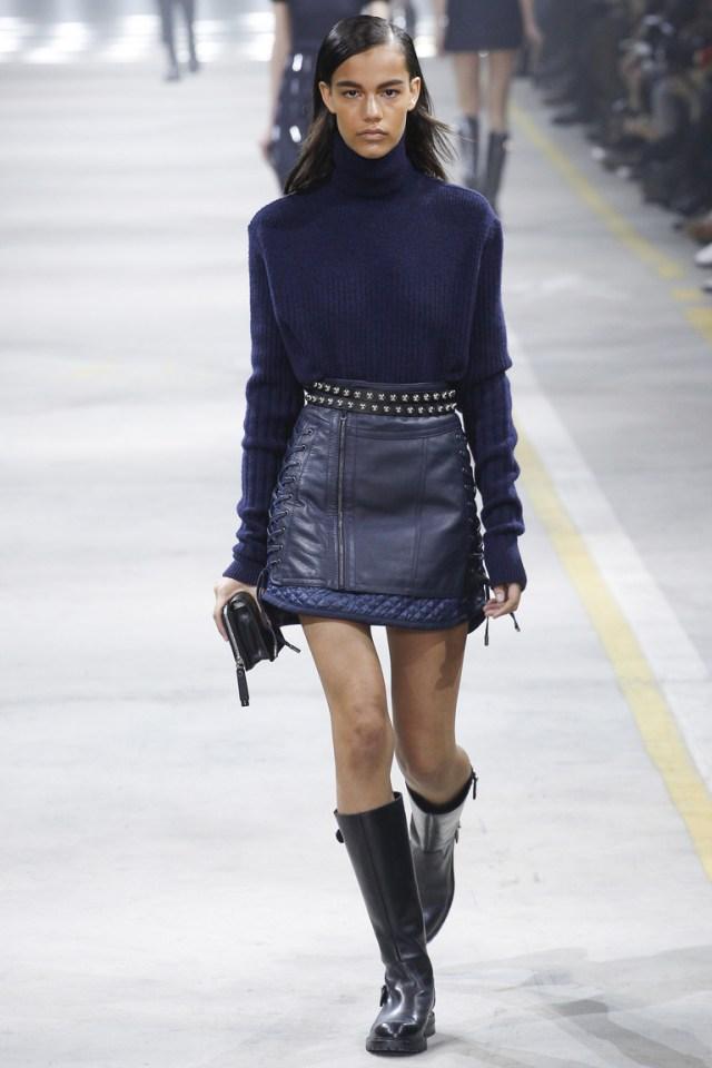 На фото: тренд осени и зимы 2016-2017: стильная юбка из кожи из коллекции Diesel-Black-Gold.