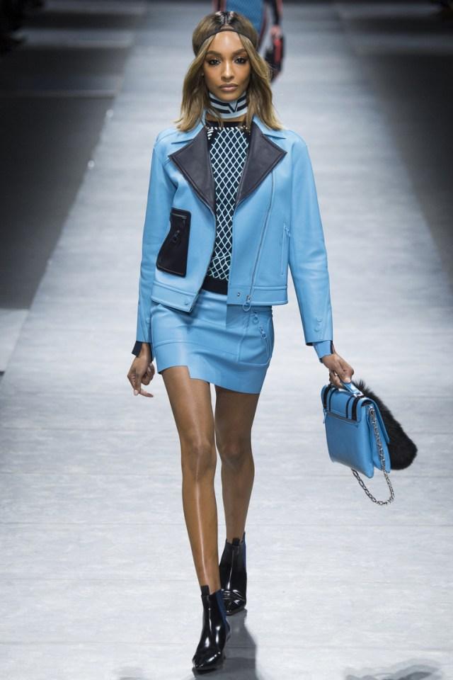 На фото: кожаная куртка сезона осень-зима 2016-2017 из коллекции Versace.