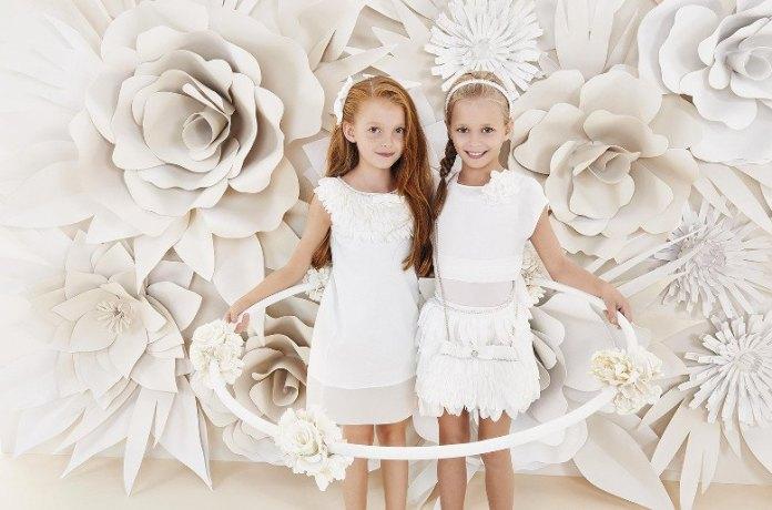 На фото: новая коллекция Monnalisa для девочек - белые платья.
